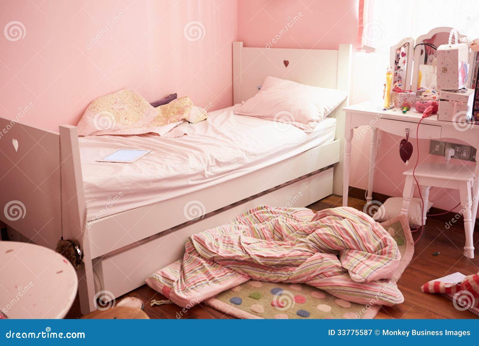 La camera da letto vuota e disordinata del bambino - Camera da letto ragazza ...