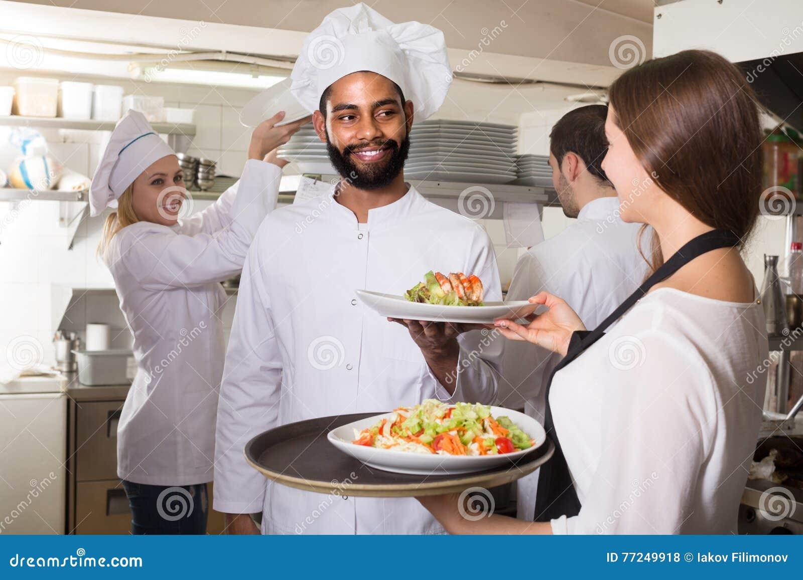 La cameriera di bar e la squadra del professionista cucina for Posa alzatina cucina
