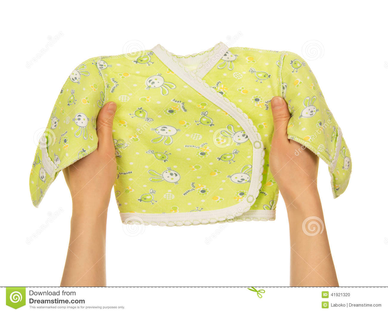 La camiseta del bebé en las manos femeninas