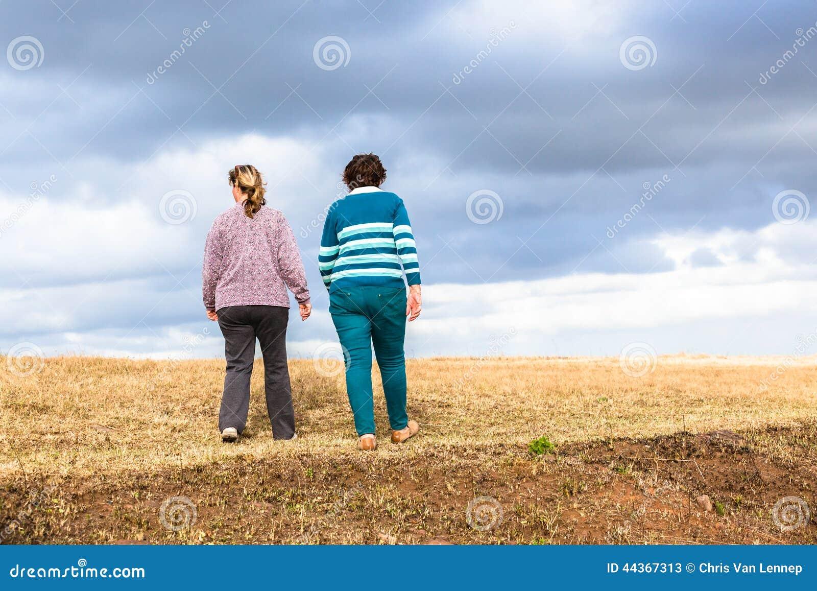 La camminata delle donne esplora i parchi naturali