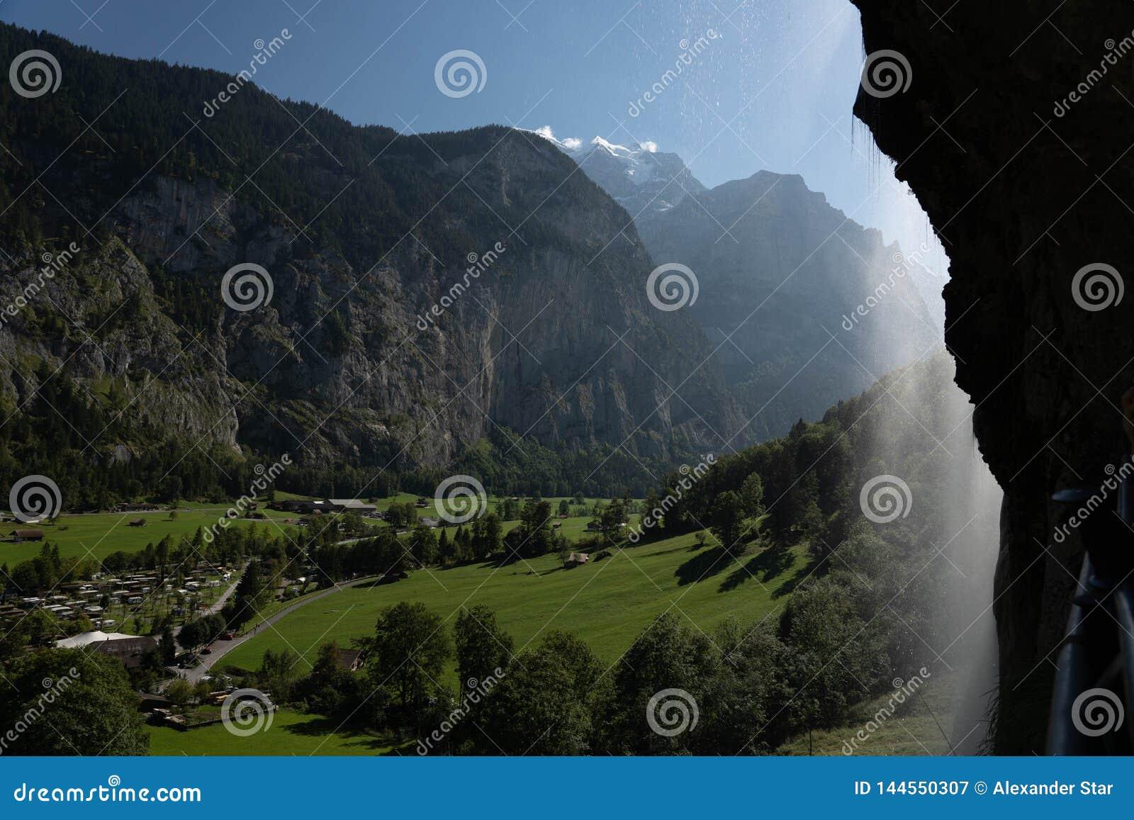 La campagna svizzera delle alpi dentro lauterbrunnen la valle