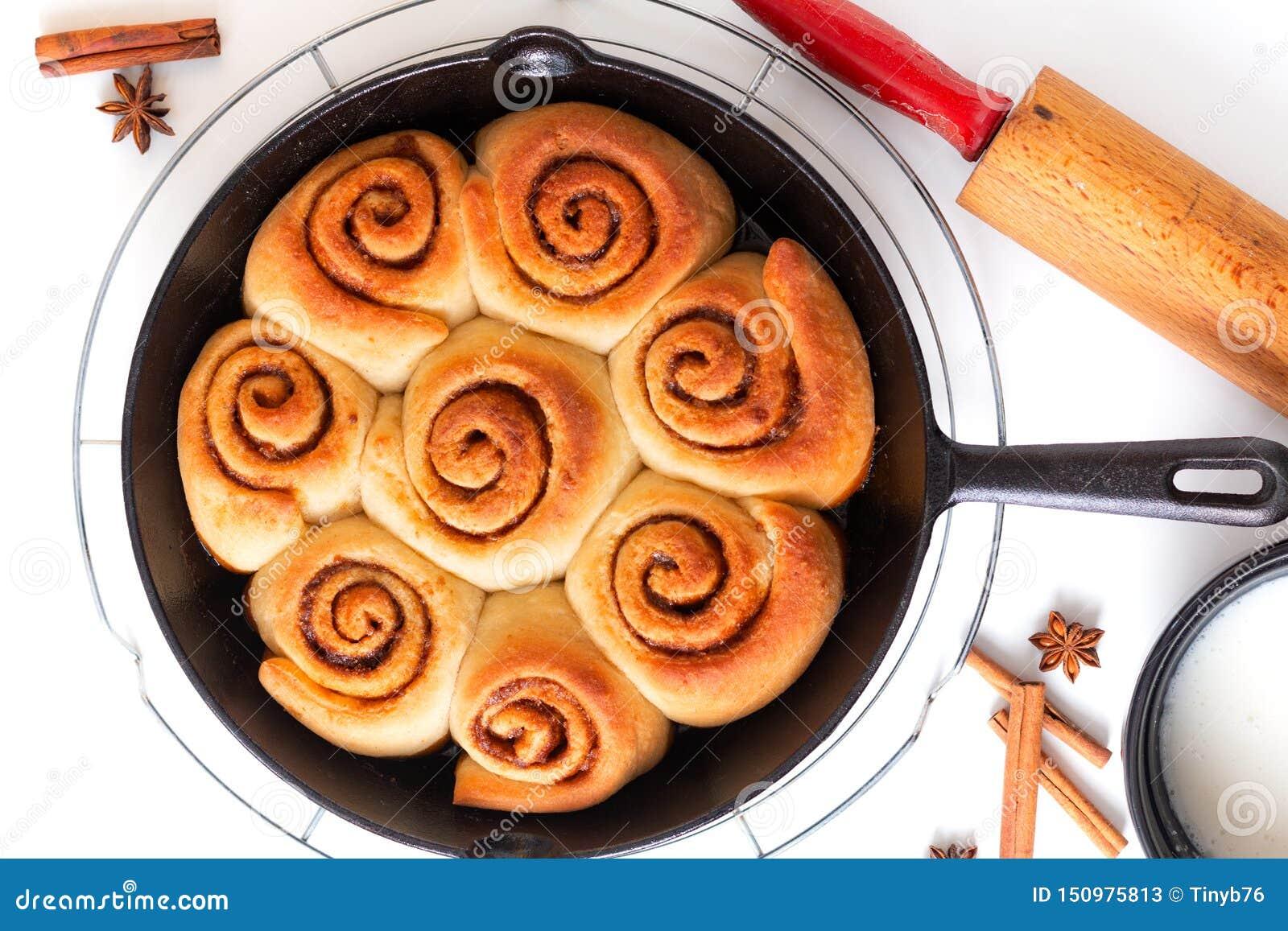 La cannella casalinga al forno fresca bollente di concetto dell alimento arriva a fiumi la pentola del ferro della padella su fon