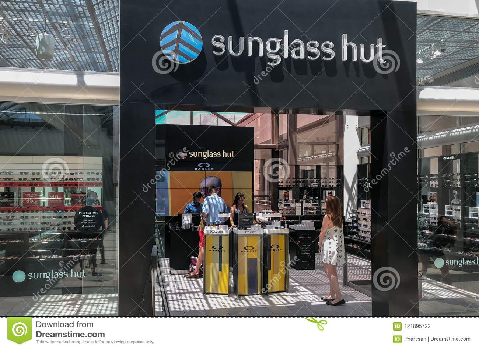 La capanna di Sunglass è un rivenditore internazionale degli occhiali da sole fondati a Miami, Florida, Stati Uniti, in 1