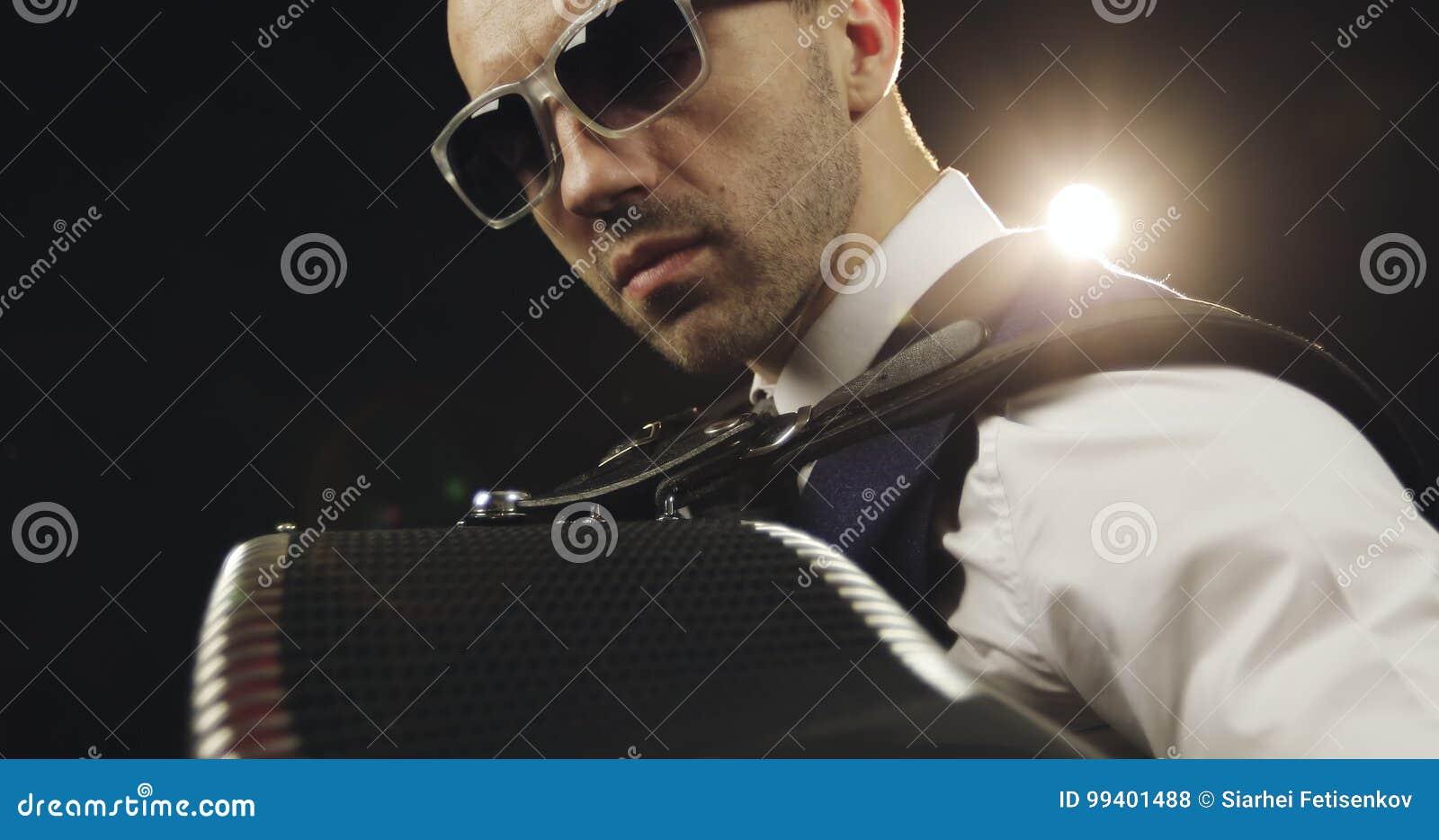 Músico Gafas Del Cara De La Trasera Luz En Una Brillante Sol rCexoWdB