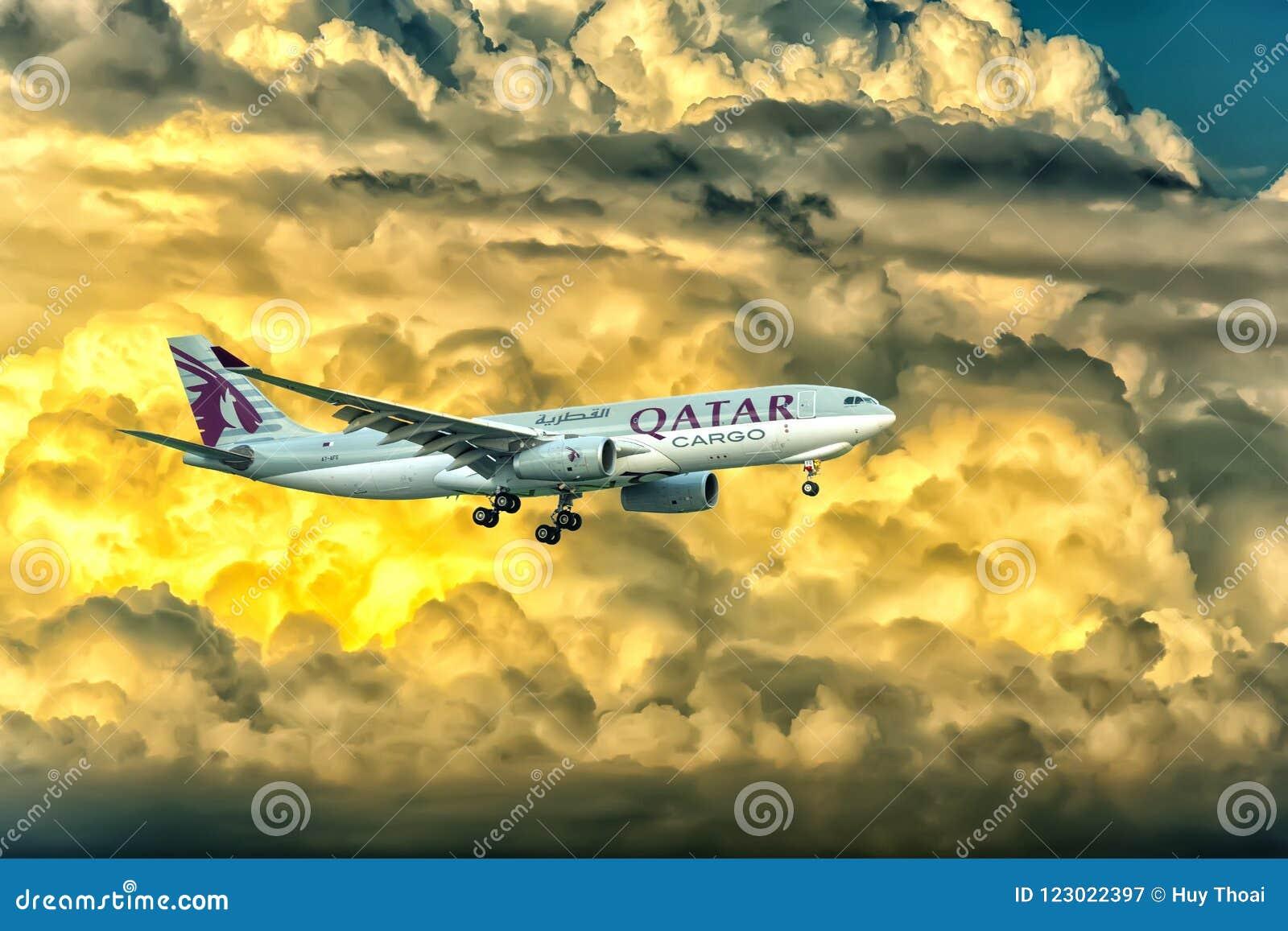 La cargaison d Airbus A330-200F Qatar Airways à voler au-dessus des nuages préparent Tan Son Nhat International Airport de débarq