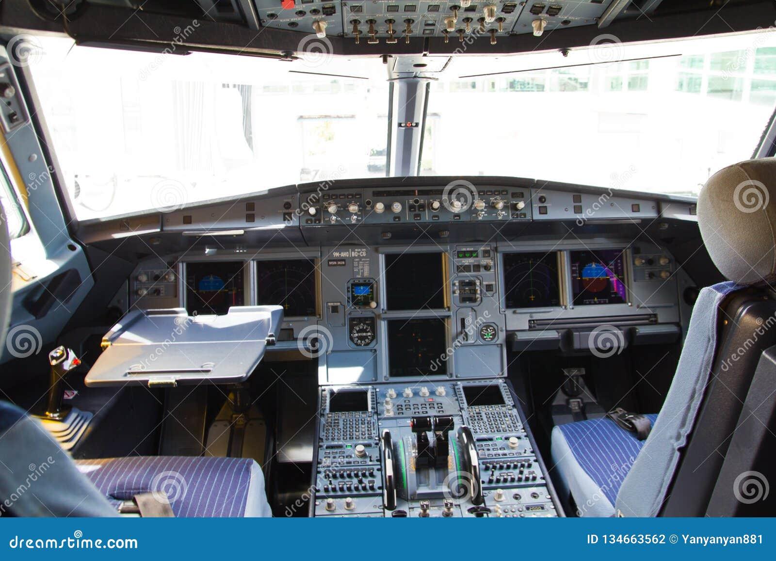 La carlinga del aeroplano de Air Asia Airbus A320