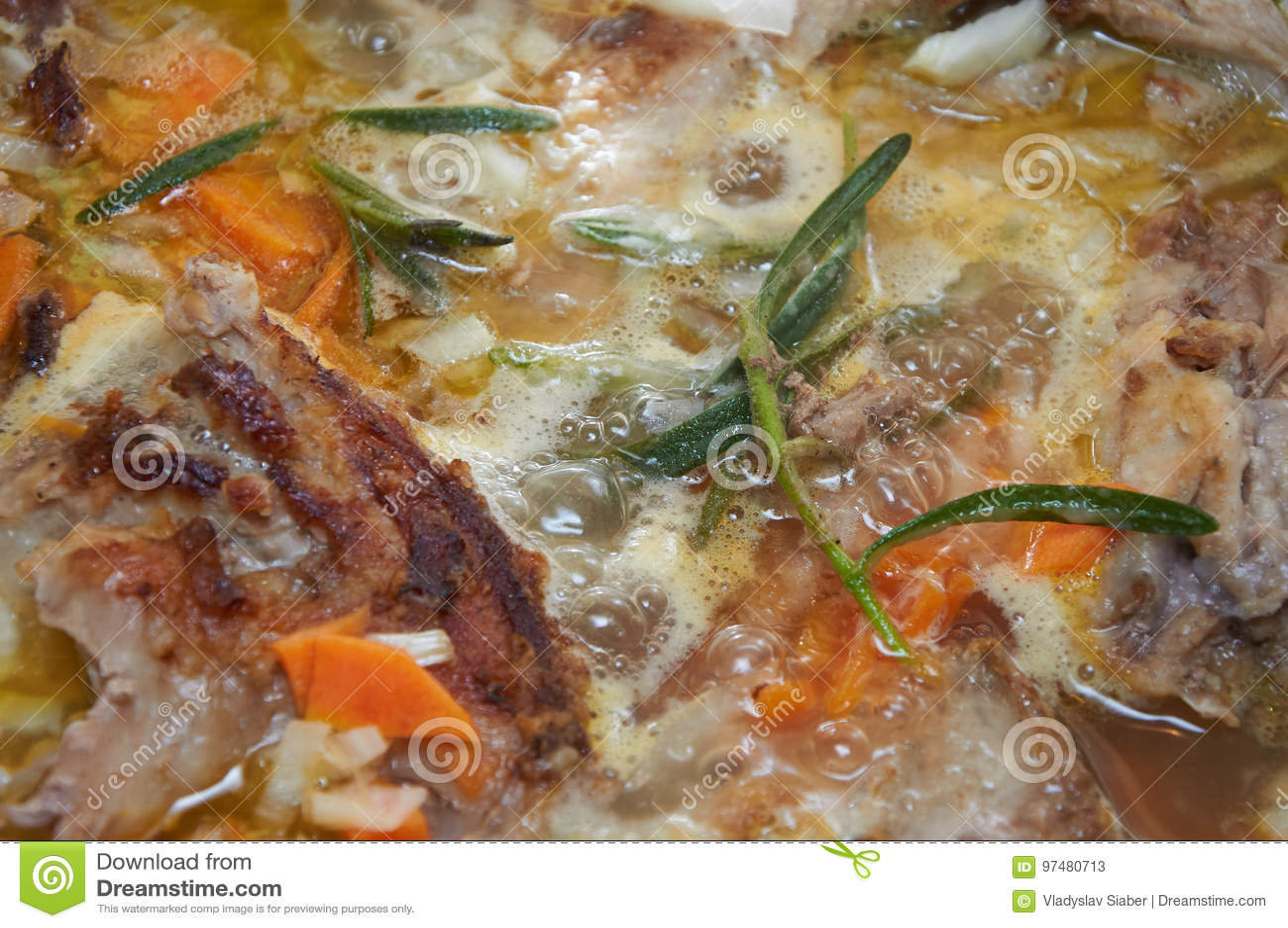 La carne saporita deliziosa ha stufato con il greene dei rosmarini e delle verdure