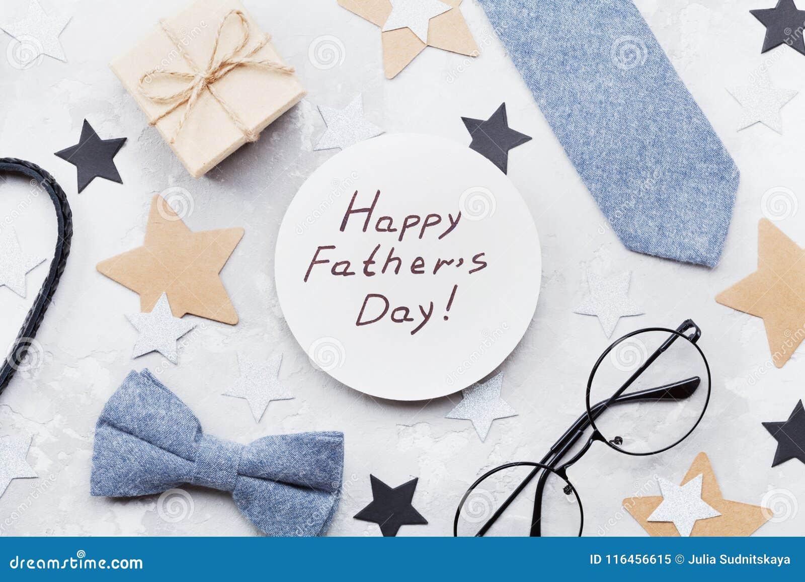 La carta felice del giorno di padri ha decorato la cravatta a farfalla, la cravatta, gli occhiali, il contenitore di regalo e le