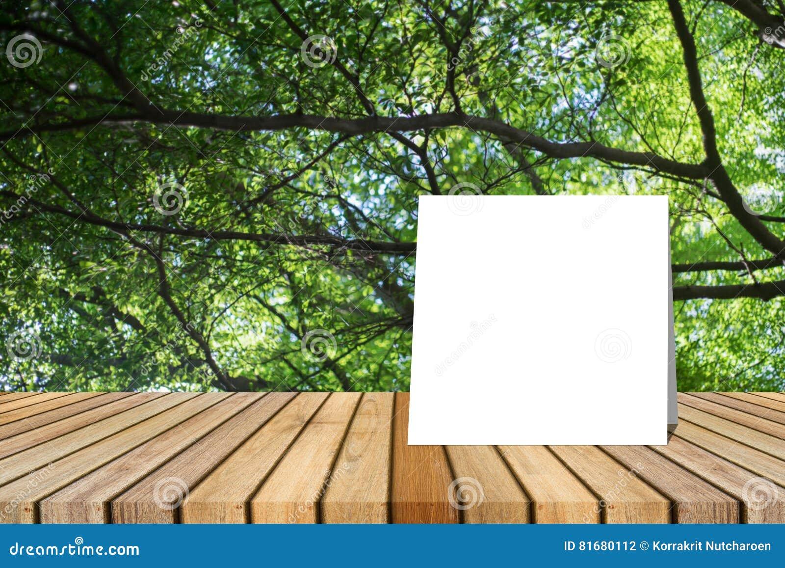 La carte blanche a mis dessus le bureau en bois ou le plancher en