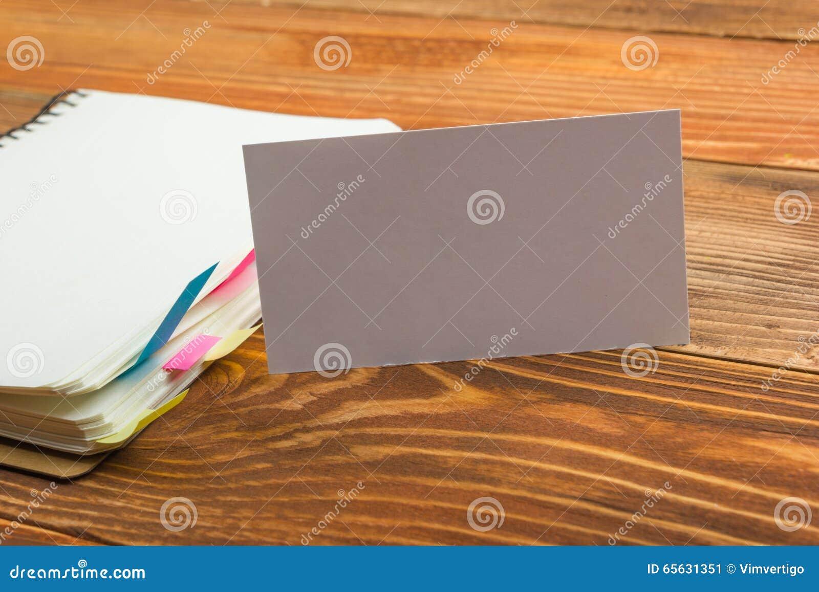La carte vierge blanche de visite d affaires, cadeau, billet, passent, sur la table en bois