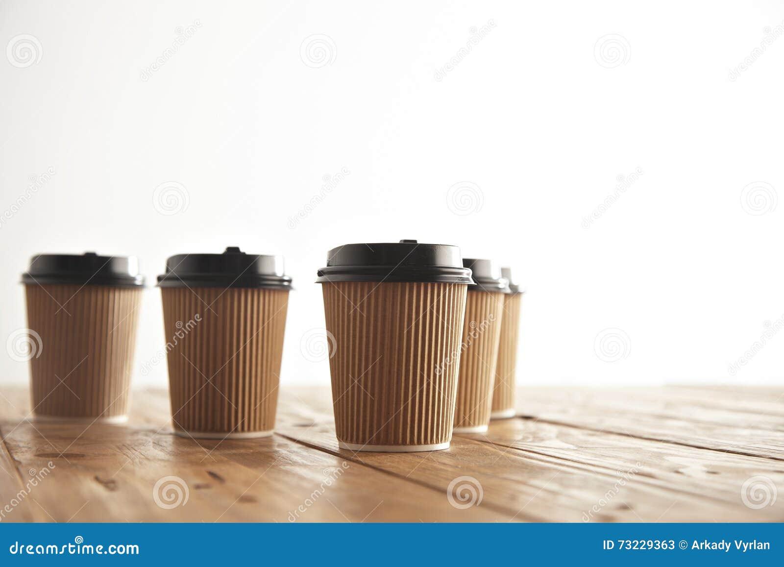 La cartulina de Brown se lleva las tazas de papel con los casquillos negros fijados