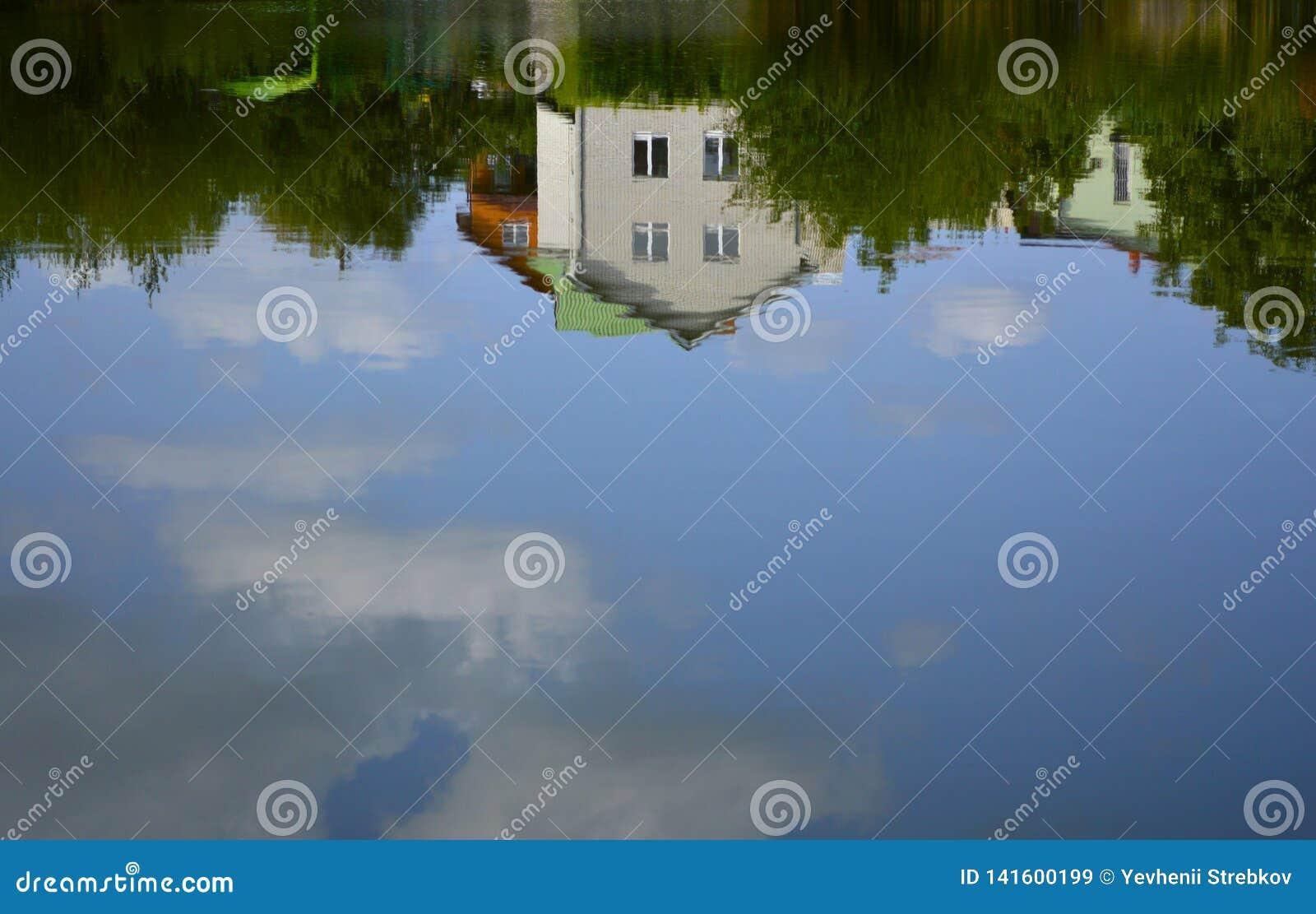 La casa è riflessa nell acqua