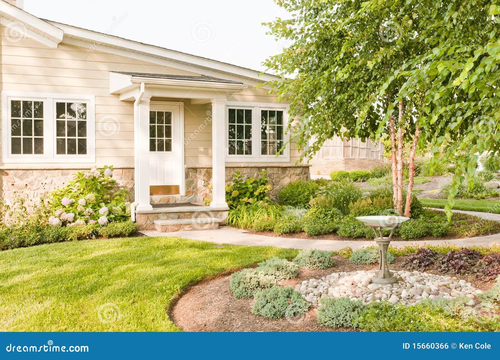La casa ajardinó el patio trasero