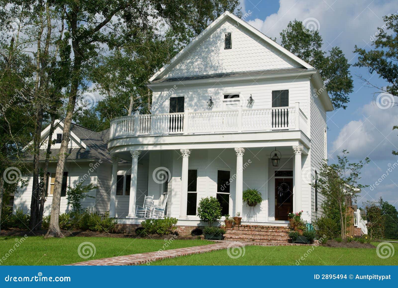 La casa bianca a due piani fotografia stock immagine di for Disegni di casa a due piani