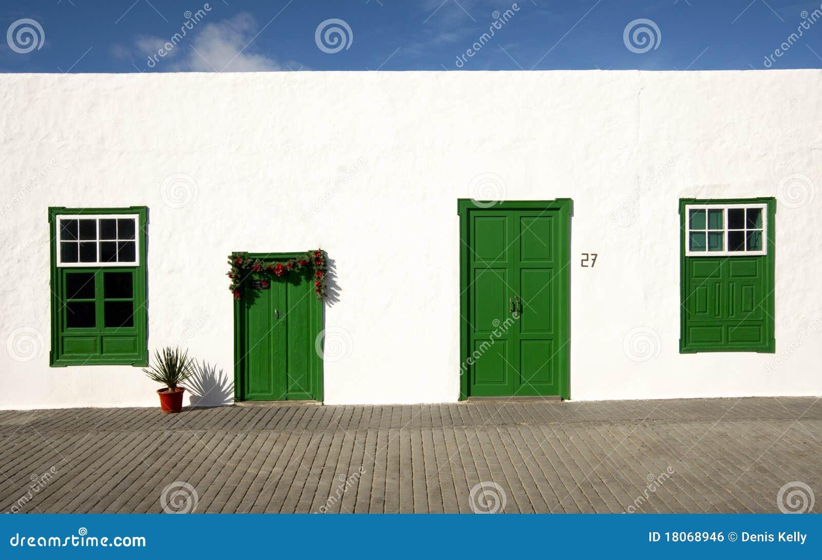 La casa bianca verde e lanzarote fotografia stock for Costare la costruzione di una casa contro l acquisto