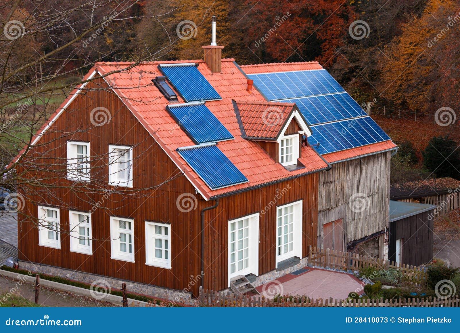 La casa con los paneles solares asolea el sistema de calefacci n en el tejado fotos de archivo - La casa en el tejado ...