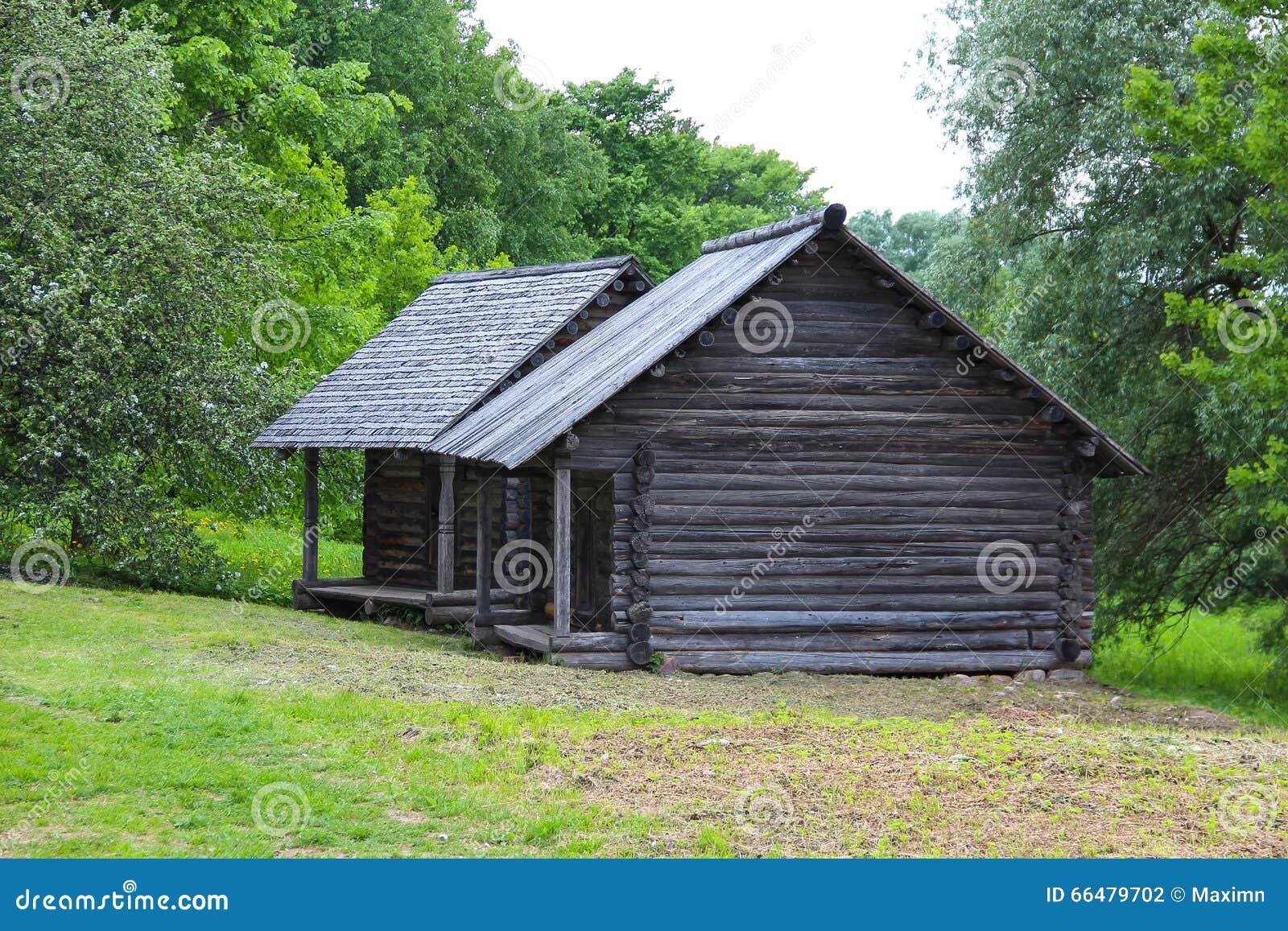 La casa de madera antigua en pueblo foto de archivo - La casa de madera ...