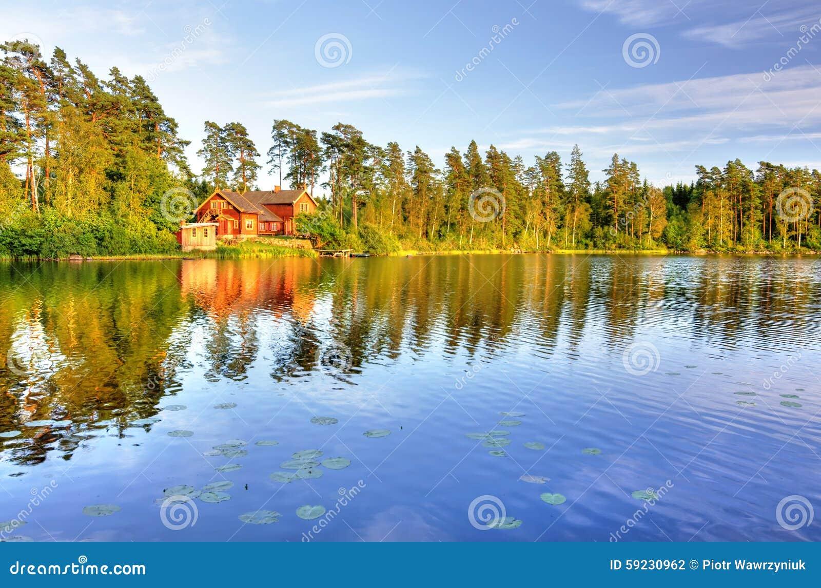 Download La casa del lago foto de archivo. Imagen de verano, escandinavia - 59230962