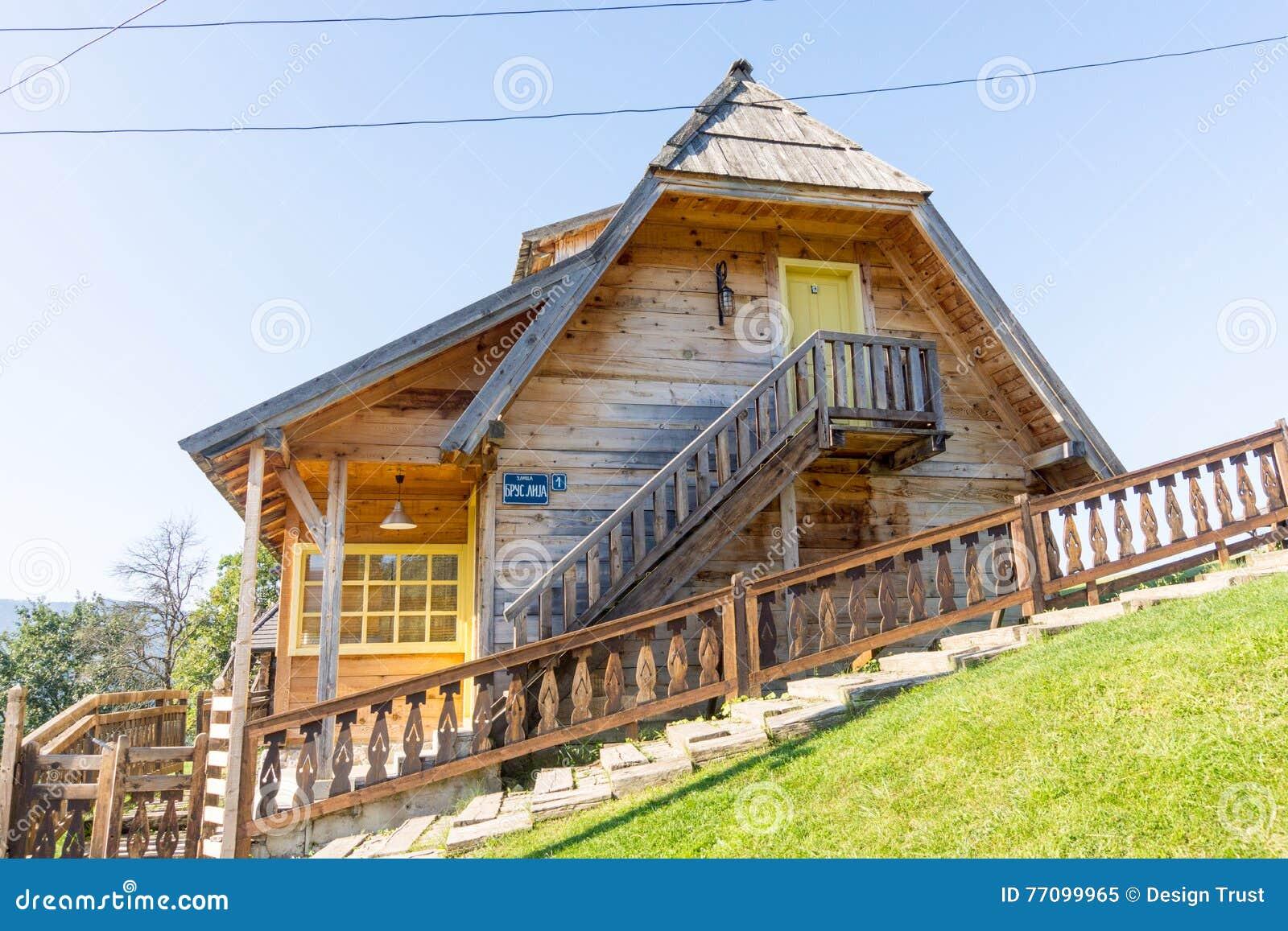 La casa e le scale sul pendio di collina in kusturica for Design e rimodellamento della casa sud occidentale