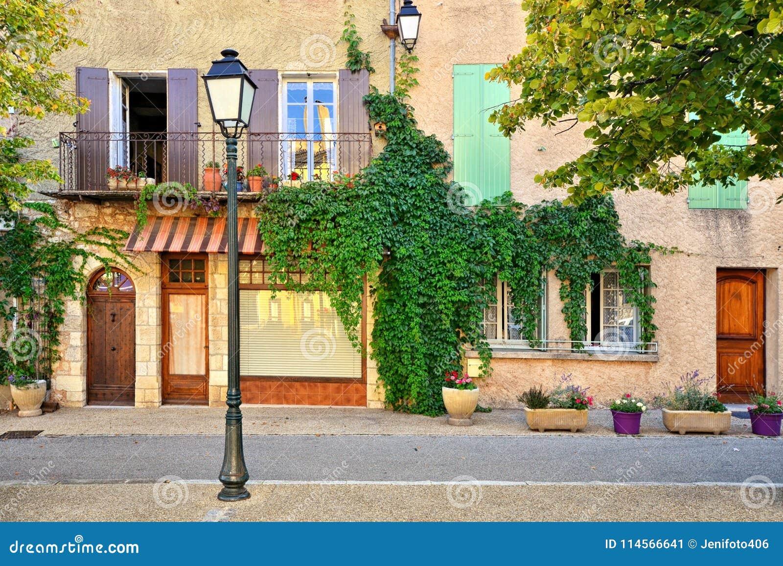 La casa frondosa fronteggia con le finestre con le imposte, Provenza, Francia