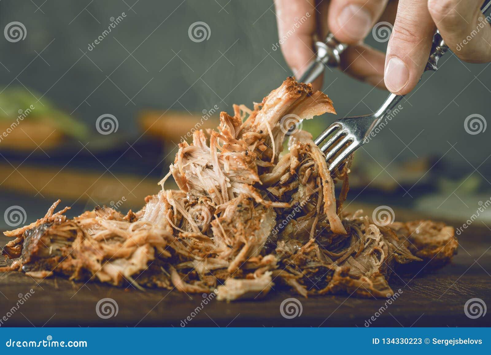 La casa ha preparato la carne di maiale tirata essere mangiato