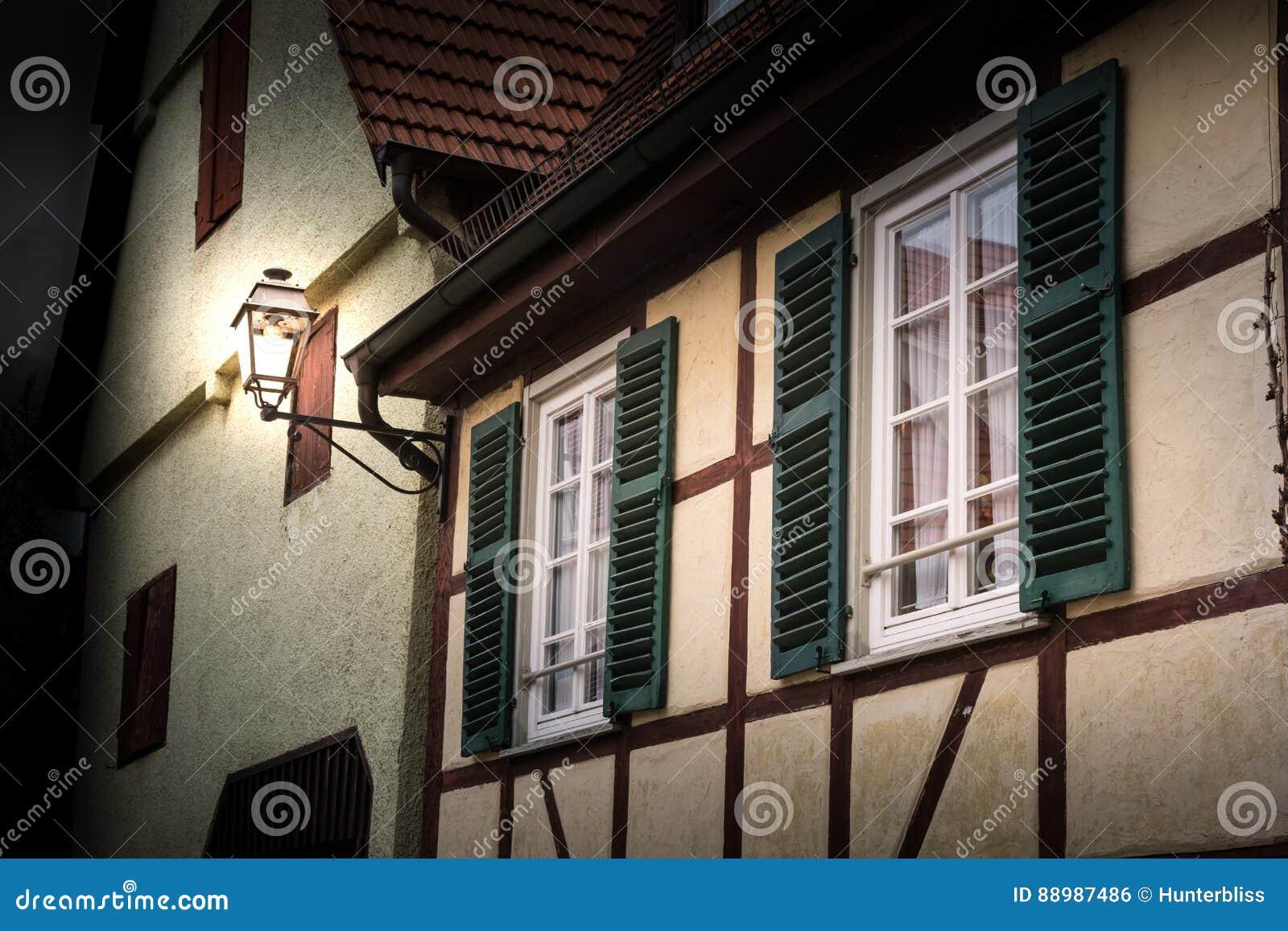 Progettazione Casa In Legno : La casa in legno tedesca della lampada del cottage shutters l
