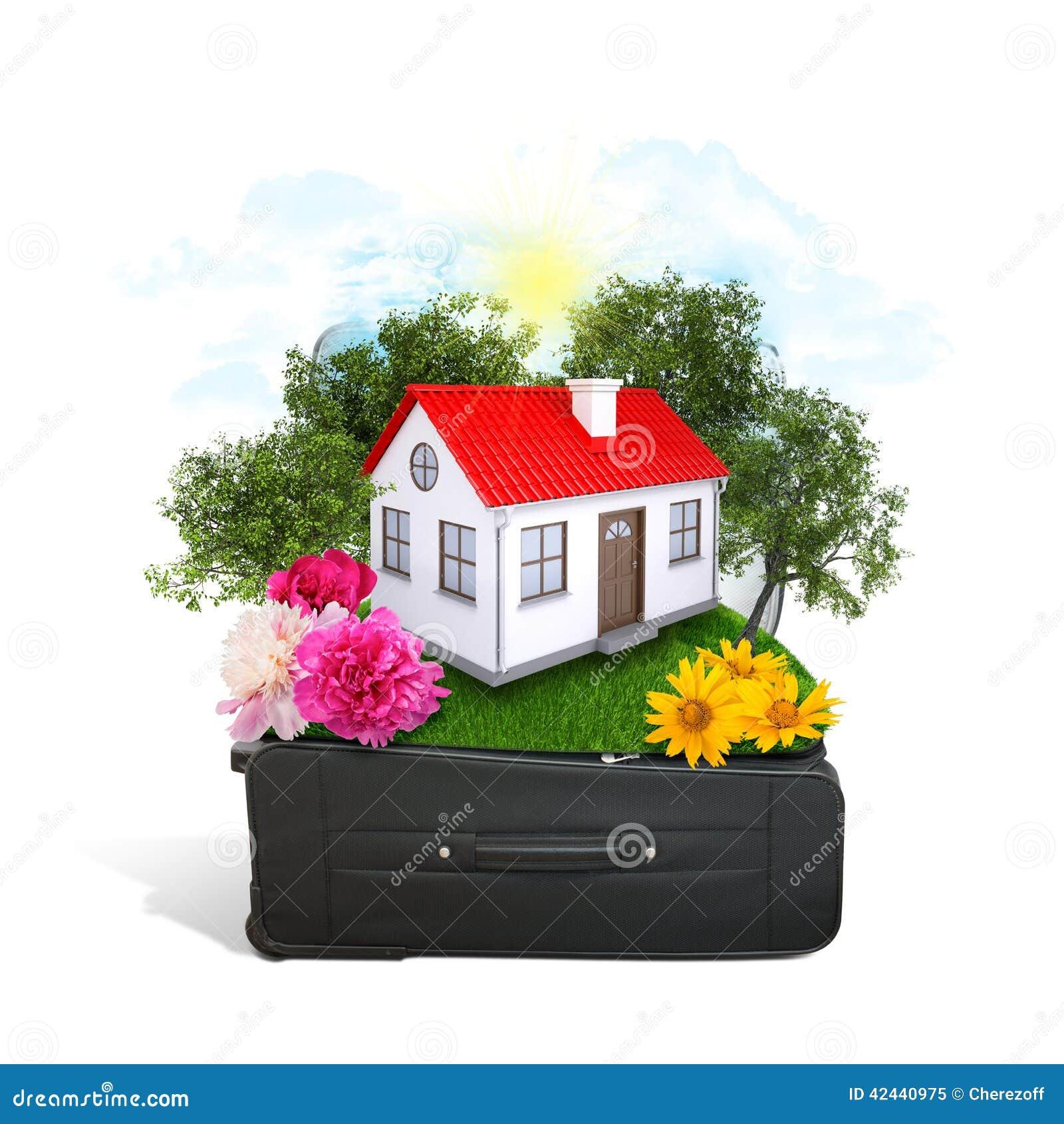 La casa, los árboles y la hierba verde en viaje empaquetan