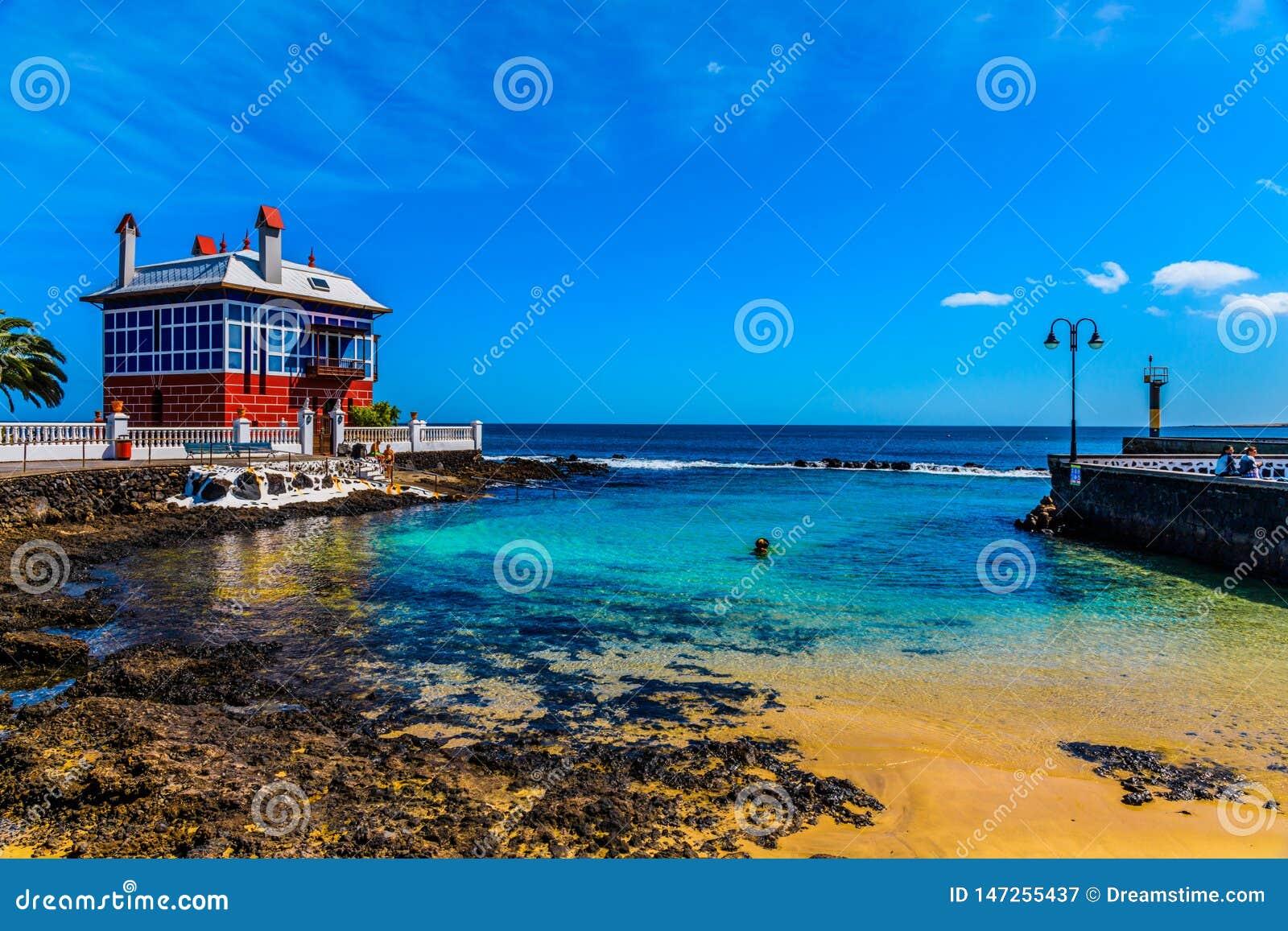 La casa roja en la playa
