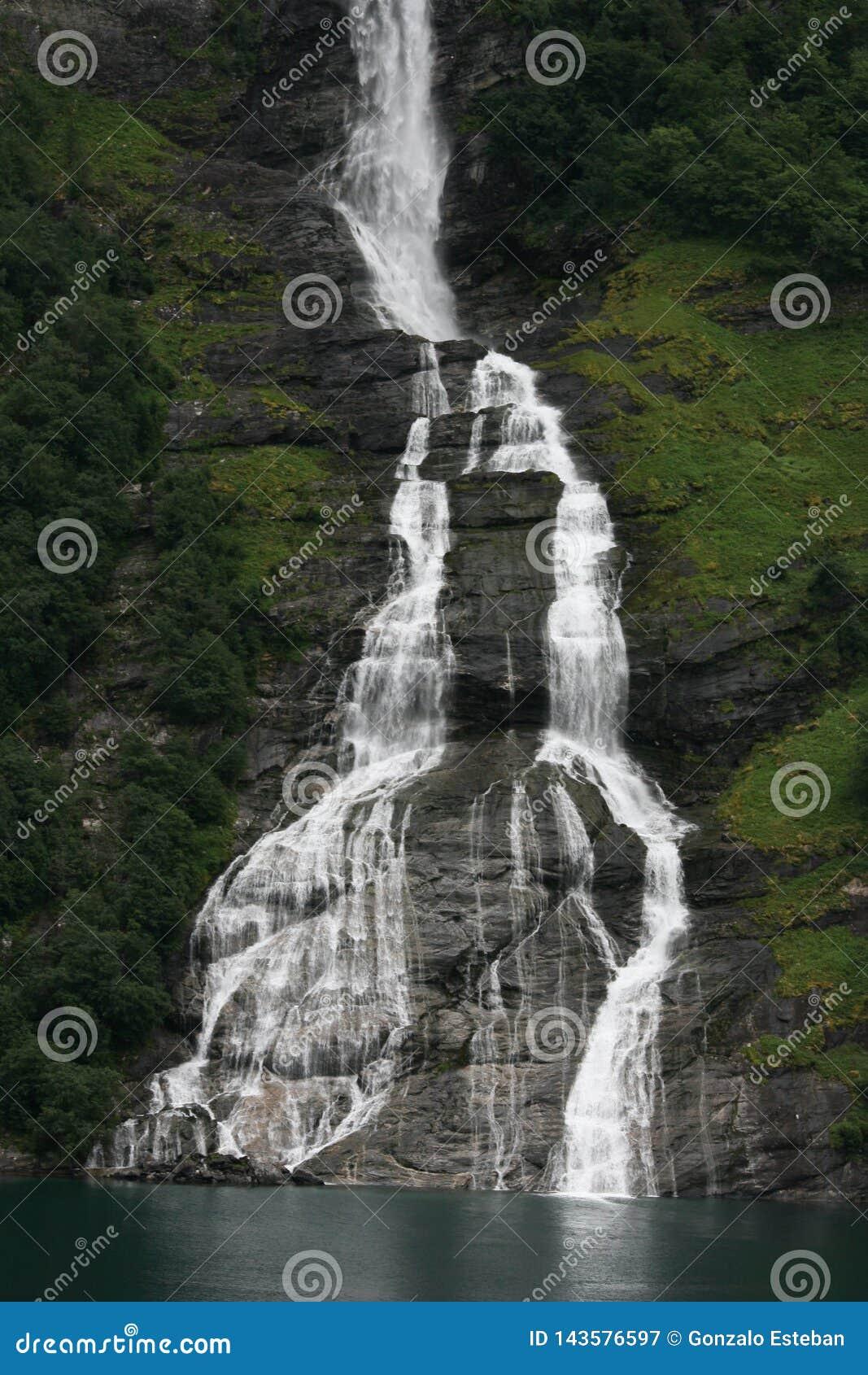 La cascada de la botella en Noruega