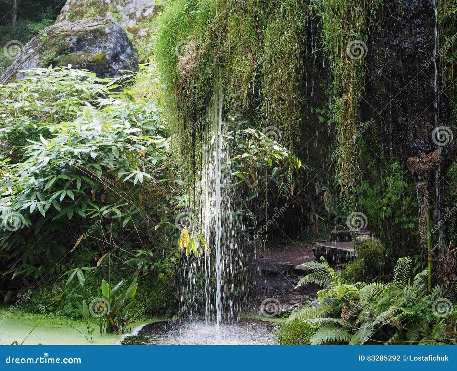 La cascada en el castillo de la lisonja pone a tierra Irlanda