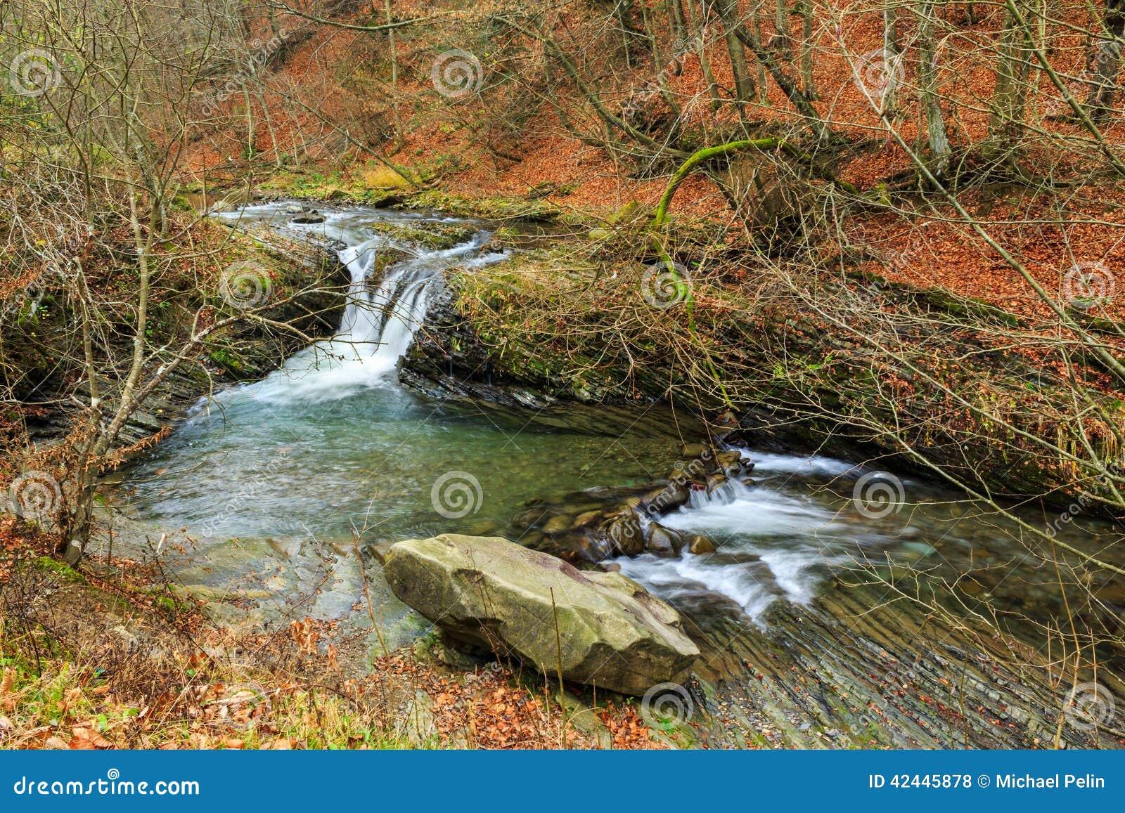 La cascada hermosa sale de un río de la bobina