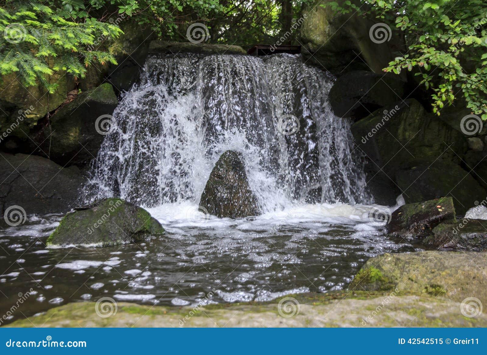 La cascade artificielle dans le jardin japonais a appel l 39 otoko daki pho - Cascade artificielle exterieur ...