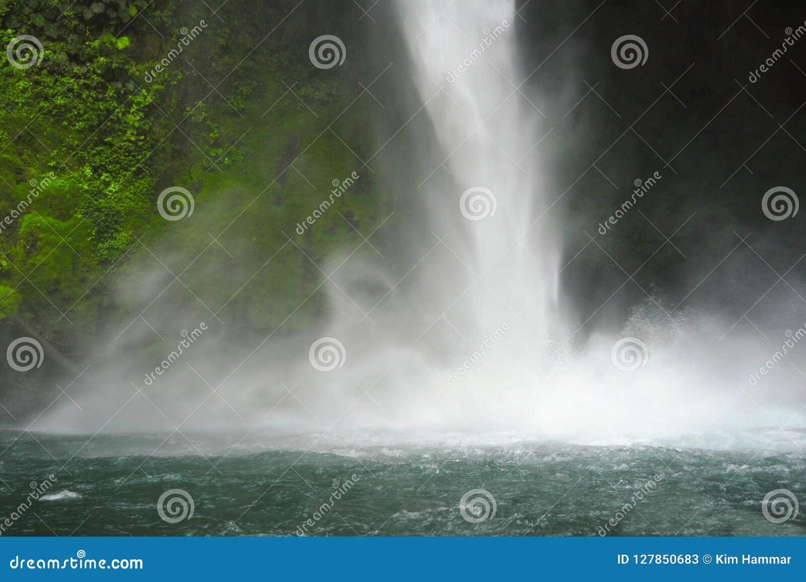 La cascade de Fortuna de La martèle vers le bas pour créer une brume de refroidissement