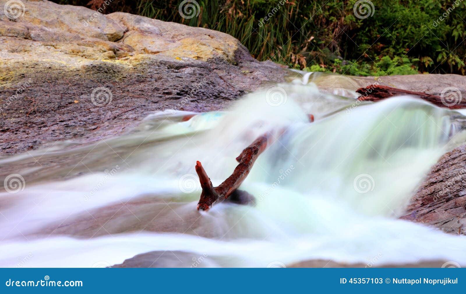 La cascade de sulfure au kawa ijen l Indonésie