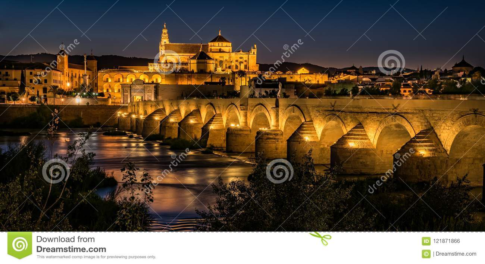 La catedral de la mezquita en Córdoba por noche