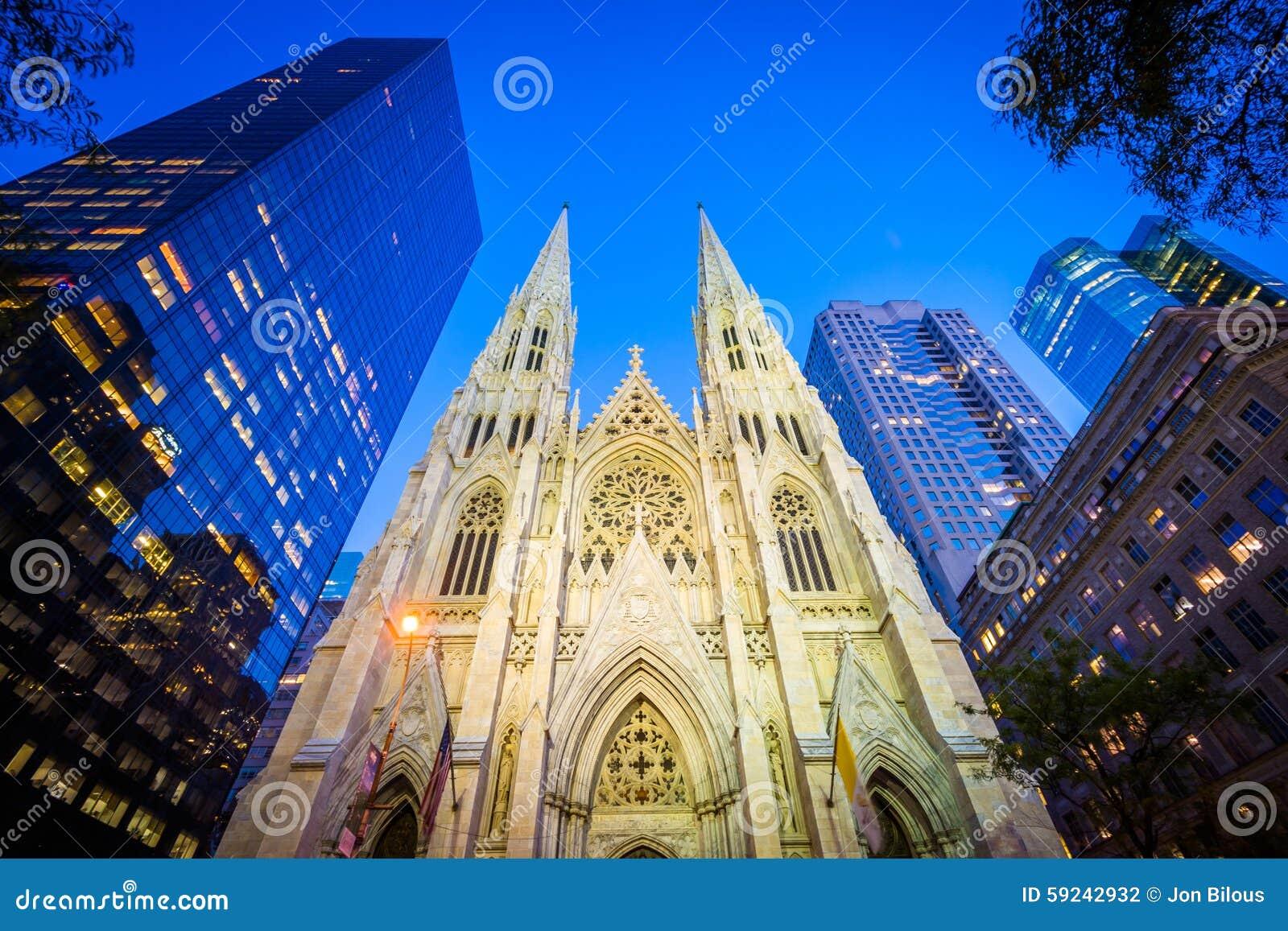 La catedral de St Patrick en la noche, en Manhattan, Nueva York
