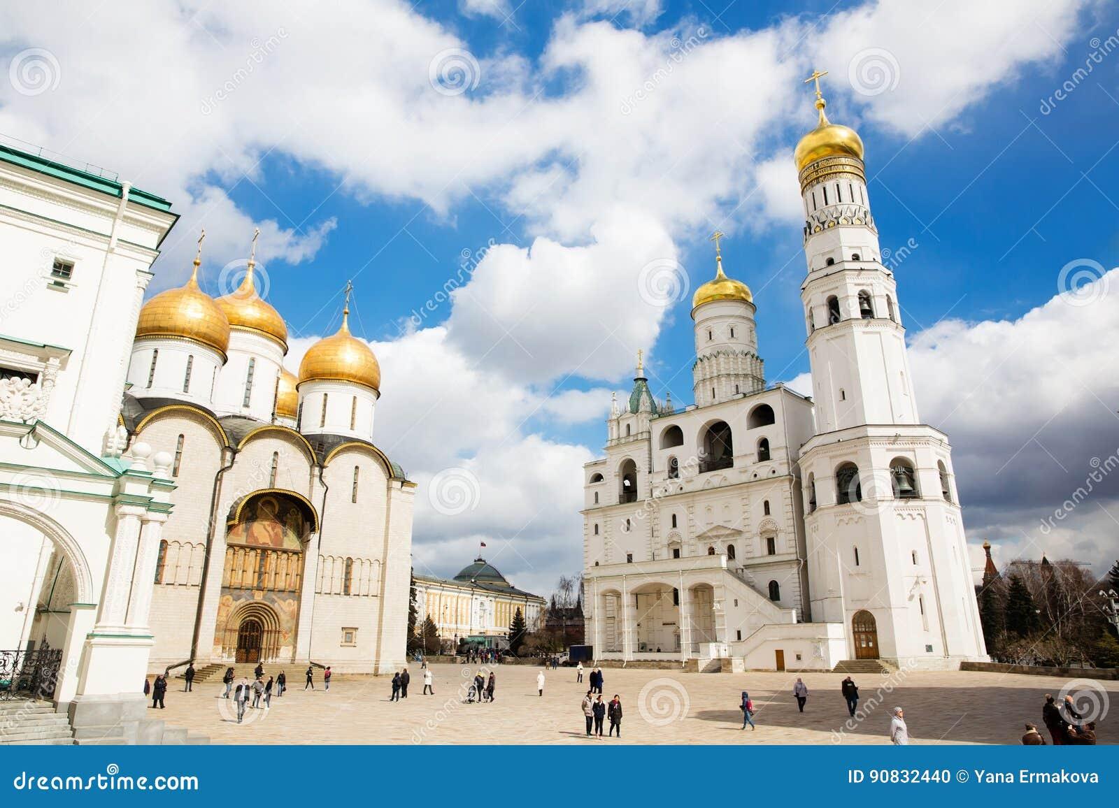 La catedral del Dormition y del Ivan el gran campanario en la Moscú el Kremlin