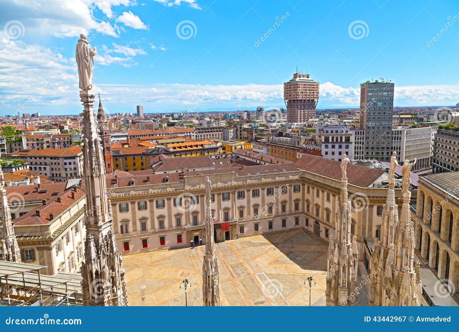 La cathédrale de Duomo avec des statues et place interne à Milan, Italie