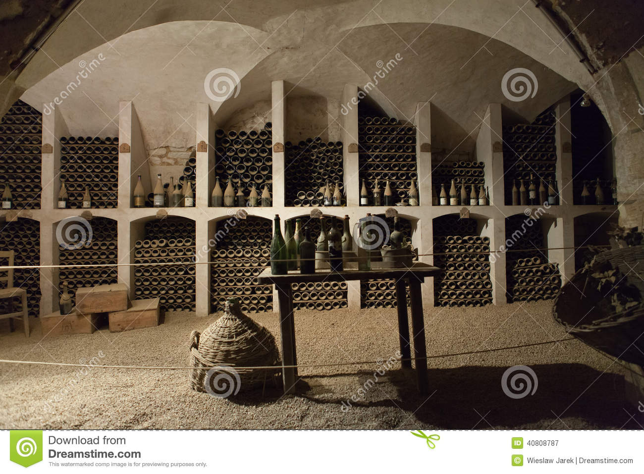 la cave au stockage du vin dans le ch teau valencay image stock image 40808787. Black Bedroom Furniture Sets. Home Design Ideas