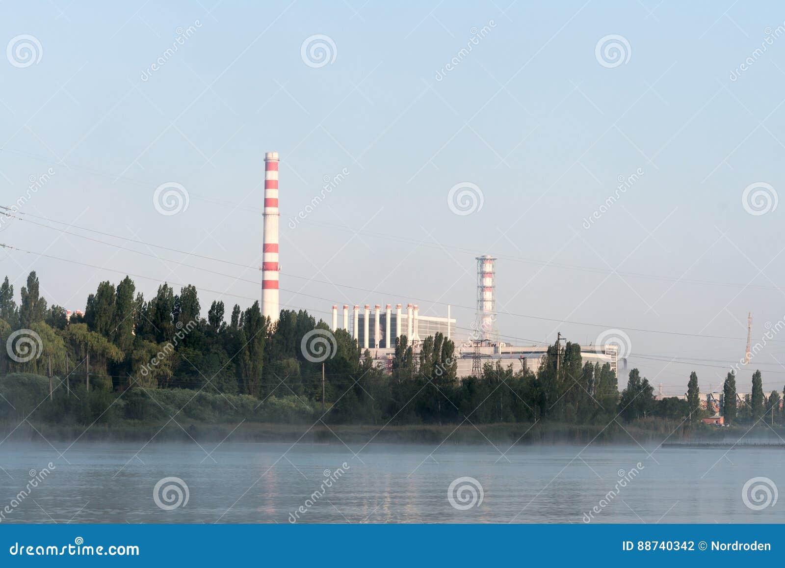 La centrale nucléaire de Kursk s est reflétée dans une surface calme de l eau