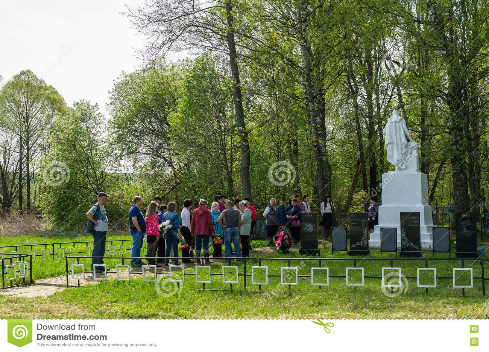 La ceremonia en el sepulcro total en el pueblo de la región de Kaluga (Rusia) en 8 puede 2016