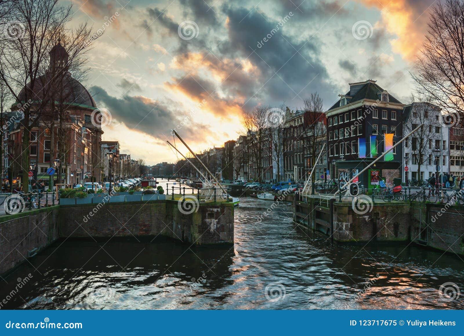 La cerradura en el canal de Singel en la ciudad vieja de Amsterdam