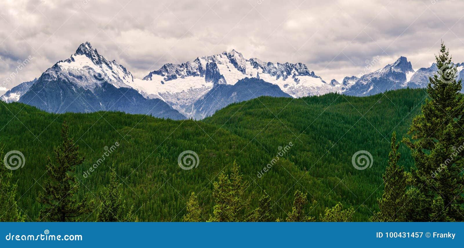La chaîne de montagne de Tantalus avec la neige a couvert des crêtes d alpha