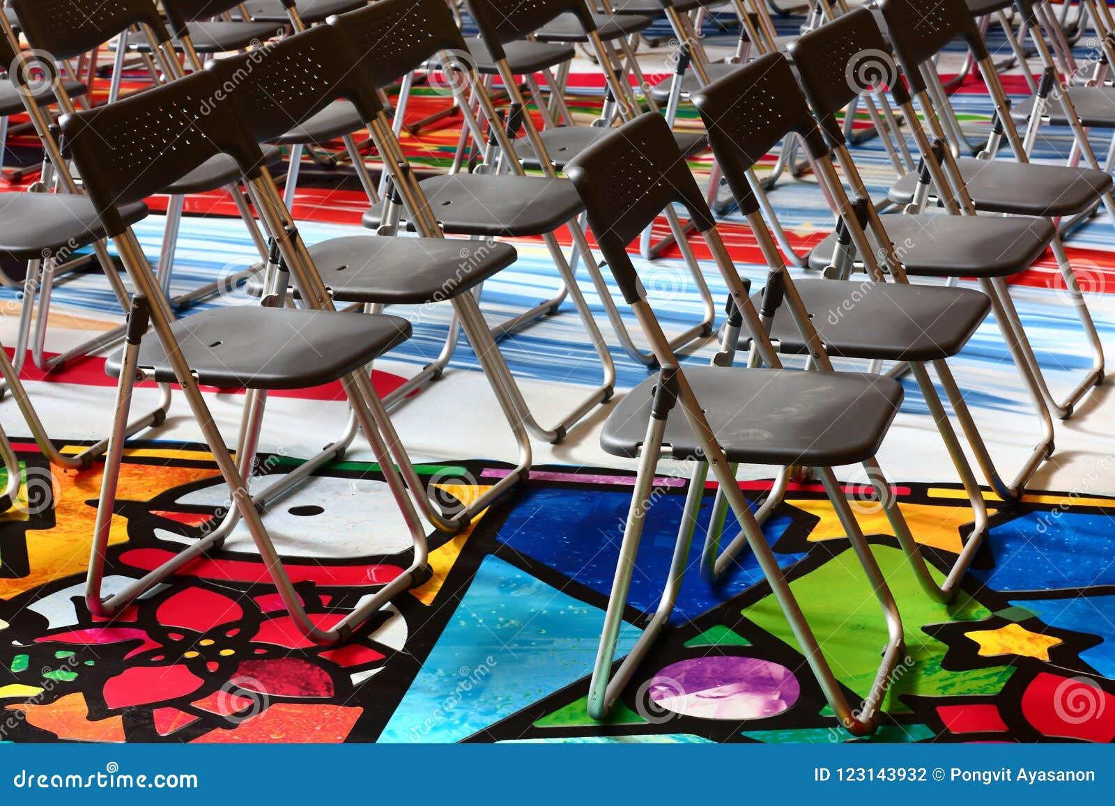 Pliante Se De A Plastique Placé La Chaise Un Dans Pliante MSUVpqz