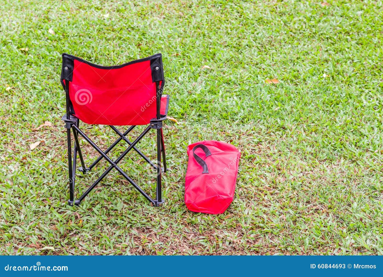 La Chaise Pliante Et Couverture Rouges Sur L Herbe Verte