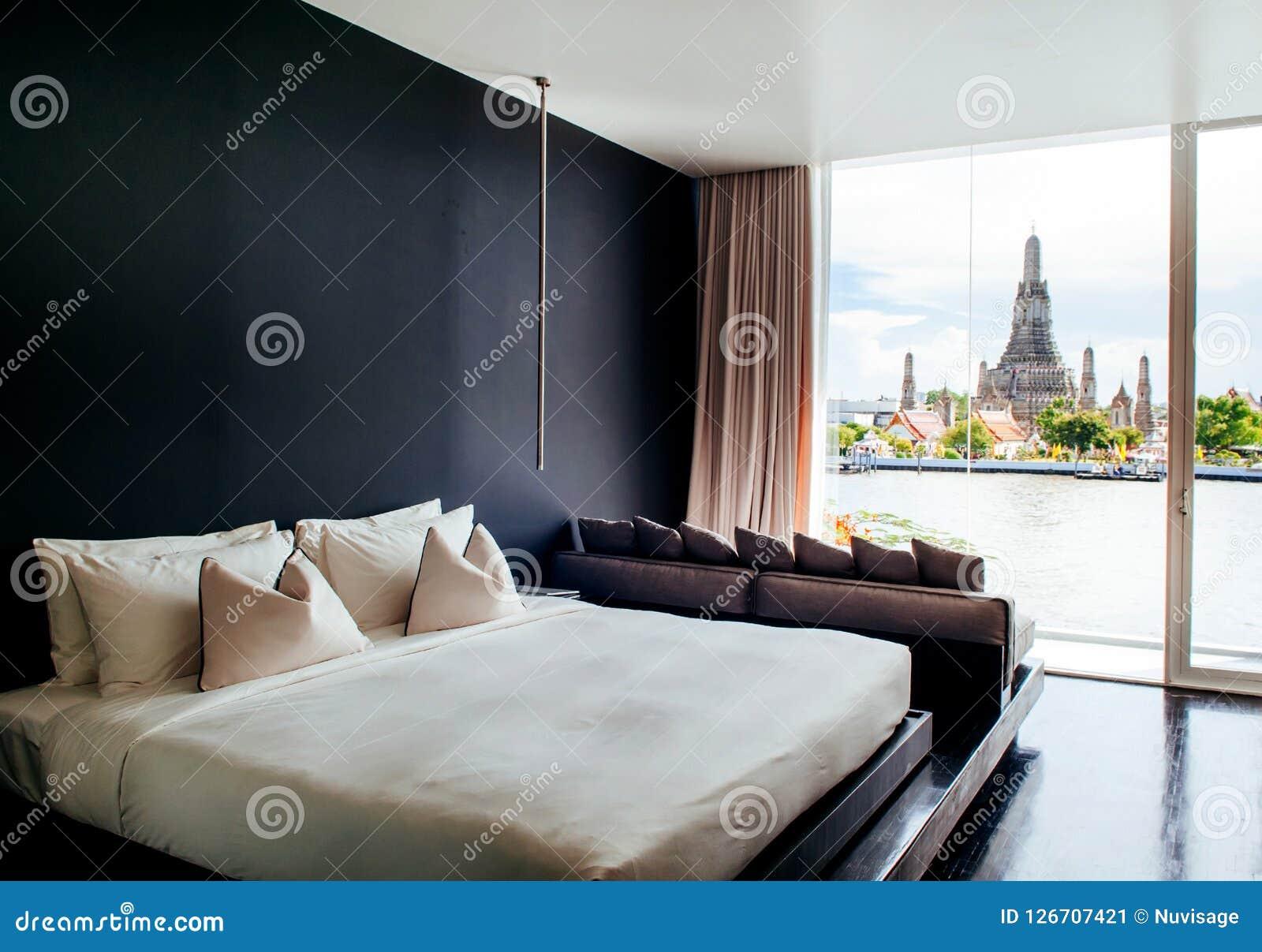 8 Mai 2013 Bangkok, THAÏLANDE   La Chambre à Coucher Avec Le Lit Blanc De Mur  Noir, Repose Le Divan, Lampe Fenêtre En Saillie Avec La Vue De Wat Arun  Temple ...