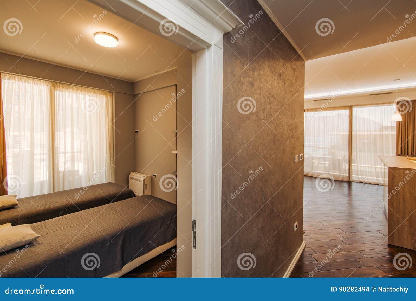 La Chambre à Coucher Dans Lappartement Lit Garde Robe Tables De