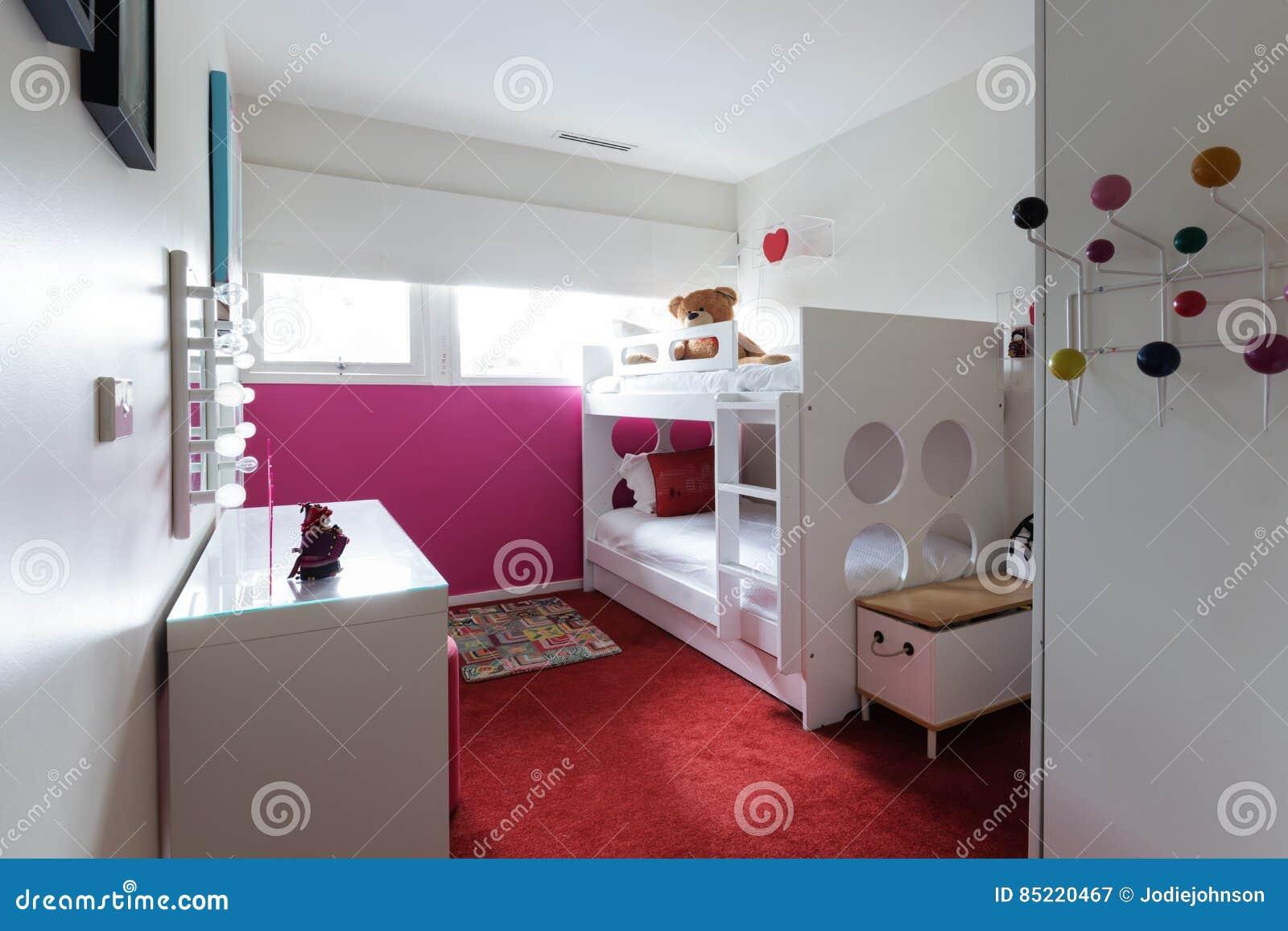 la chambre à coucher géniale d'enfants avec le tapis rouge et le