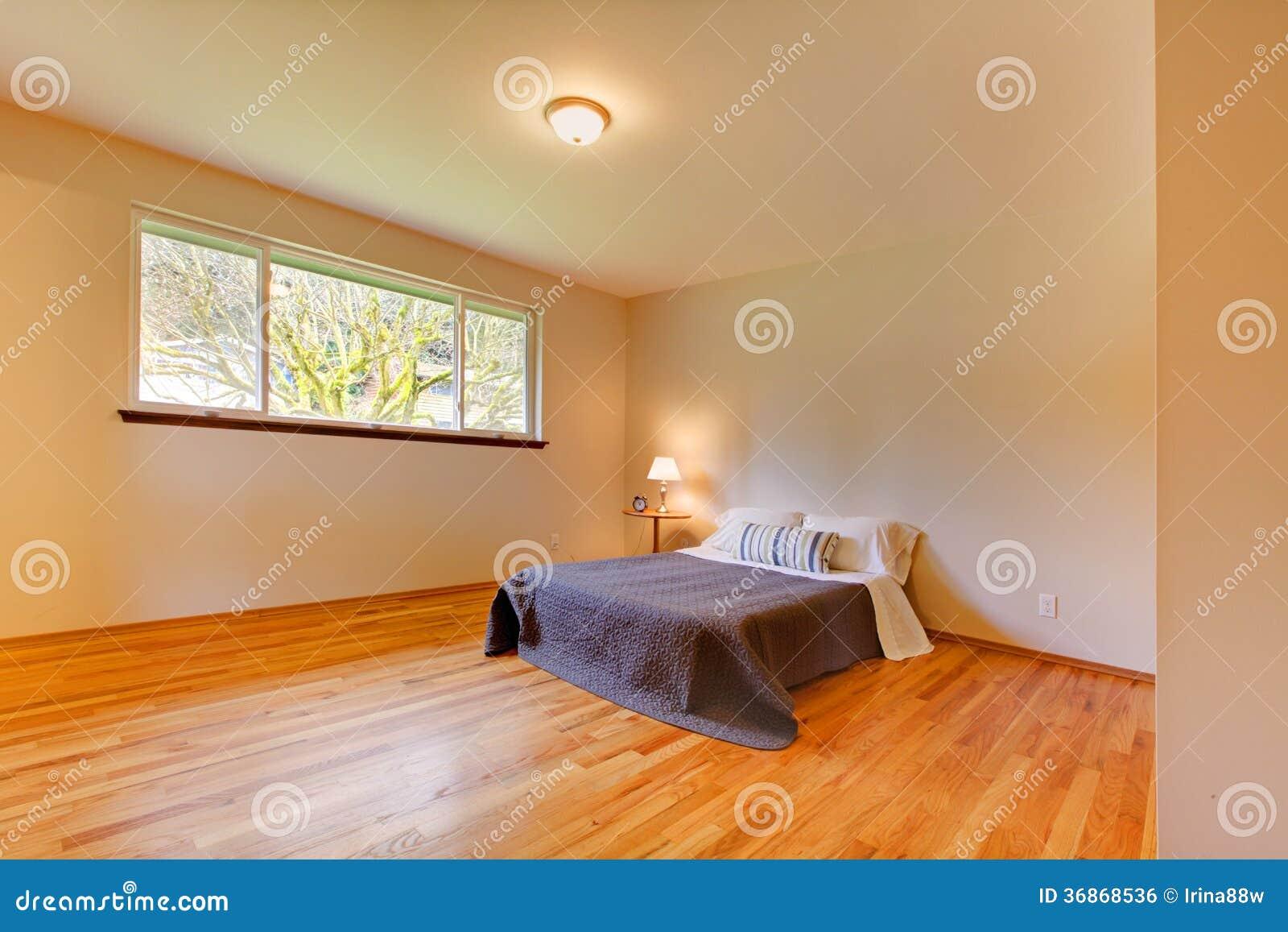 La chambre coucher spacieuse avec la lumi re modifie la tonalit les murs et le plancher en for Les chombre a coucher