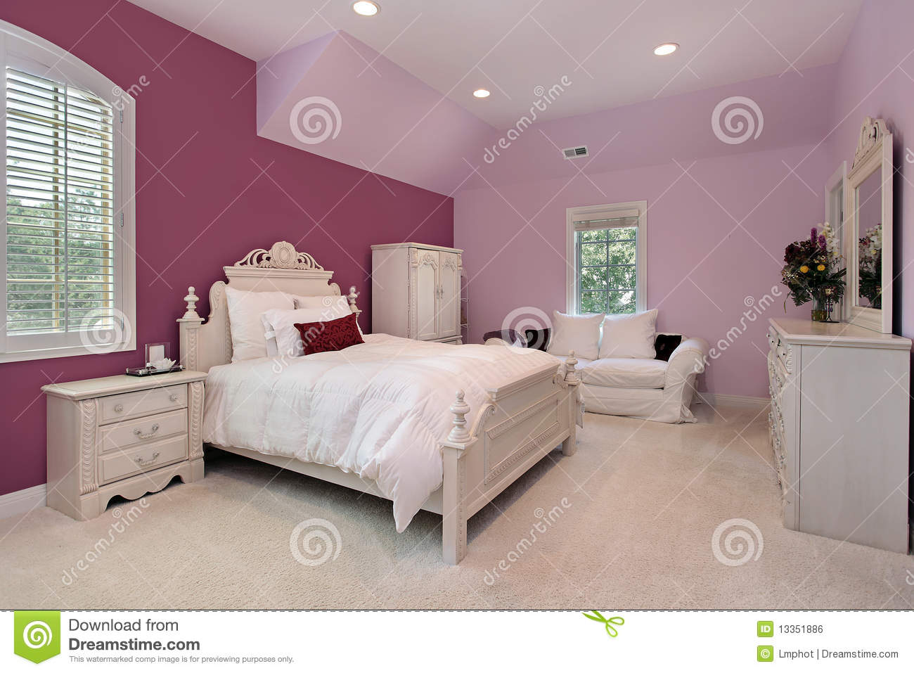 la chambre coucher rose de la fille dans la maison de luxe image libre de droits image 13351886. Black Bedroom Furniture Sets. Home Design Ideas